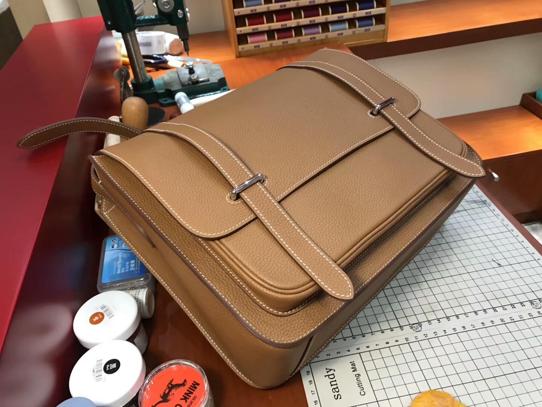 HERMES 爱马仕 男士邮差包 CK37 金棕色 Gold 现货系列 配全套专柜原版包装 银扣