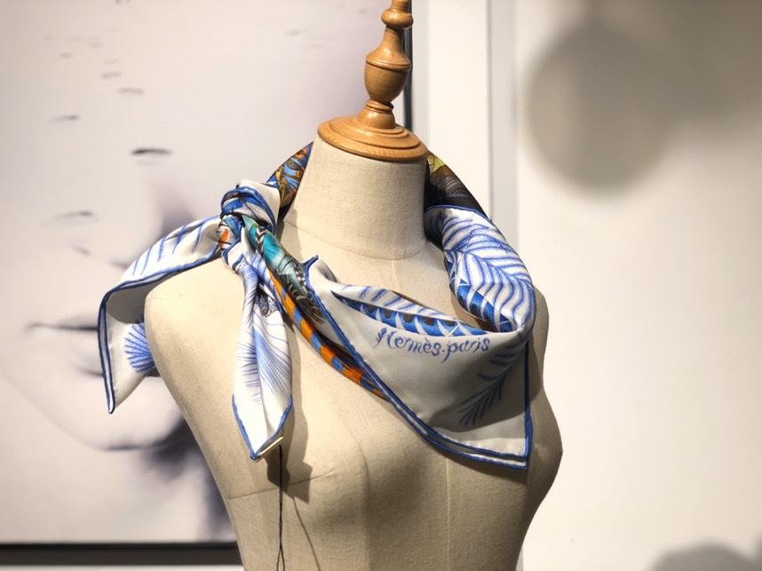 2020春夏新款 《羽饰庆典》 蓝色 手工卷边斜纹真丝方巾(100%桑蚕丝) 90*90cm