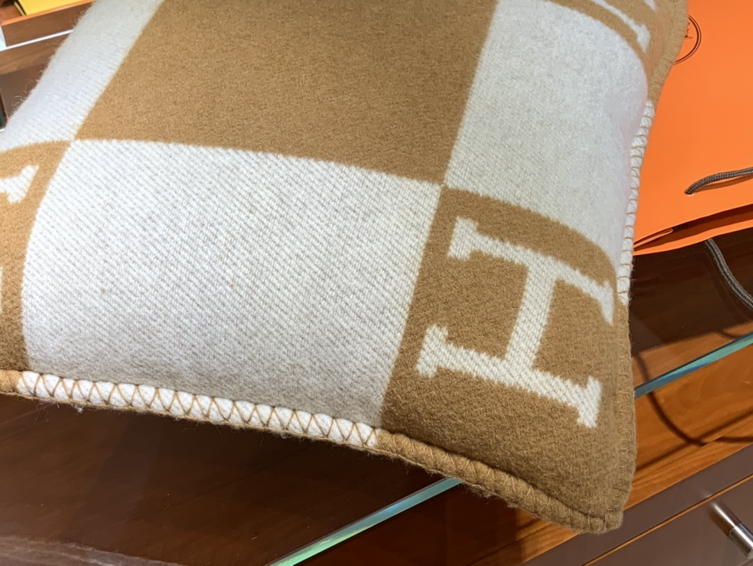 爱马仕官网 高订版靠枕驼色 50*50cm90%羊毛10%羊绒