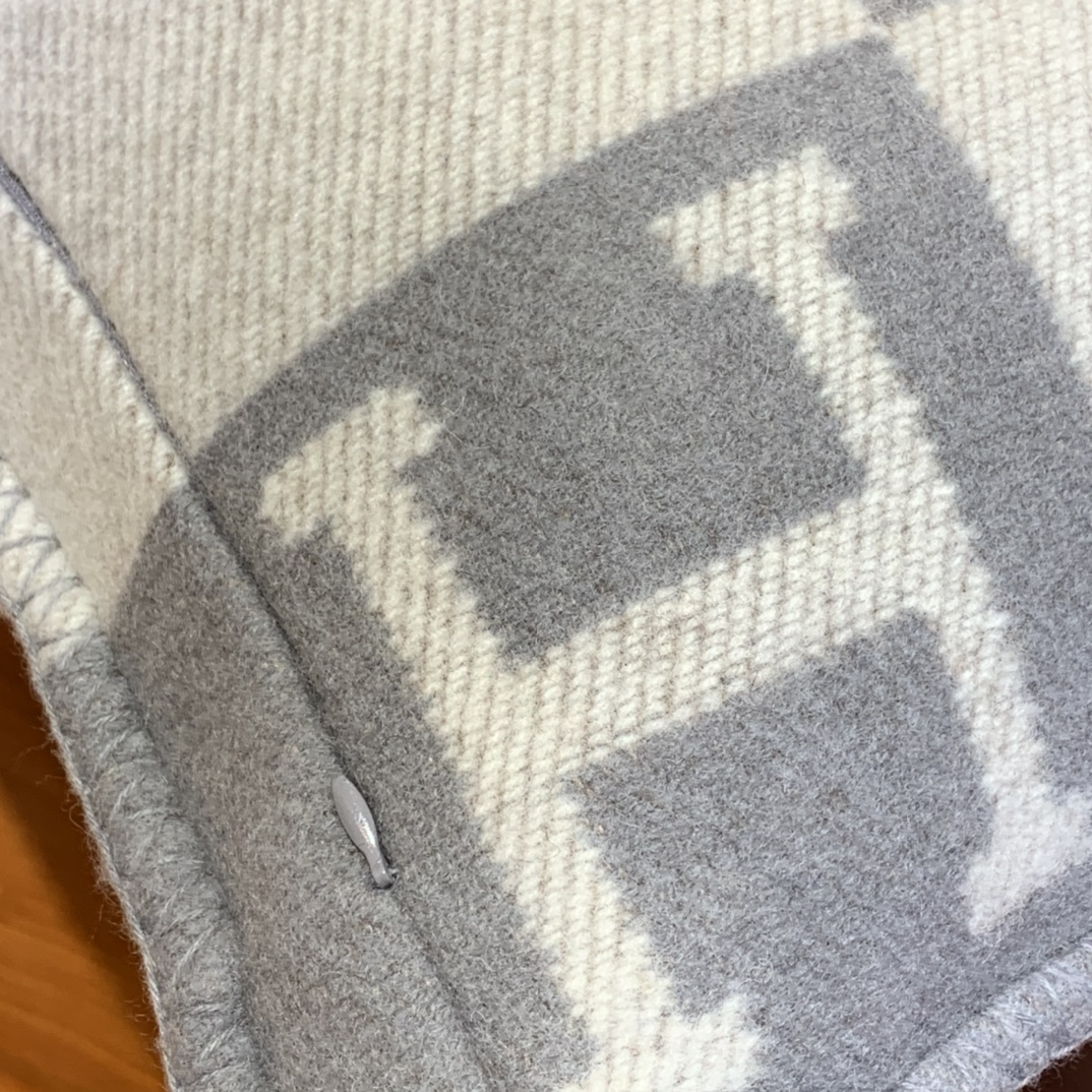 Hermes 爱玛仕 高订版靠枕灰色  1:1复刻50*50cm90%羊毛10%羊绒 靠枕只配防尘袋包装同步专柜哈