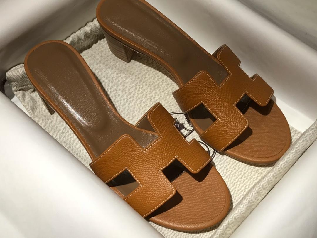 爱马.仕  经典款拖鞋 高端订制  独家品质   材质:掌纹皮 颜色:金棕 尺寸:平跟35~41 中跟35~41(跟高4cm) 偏小一码  码数不调换