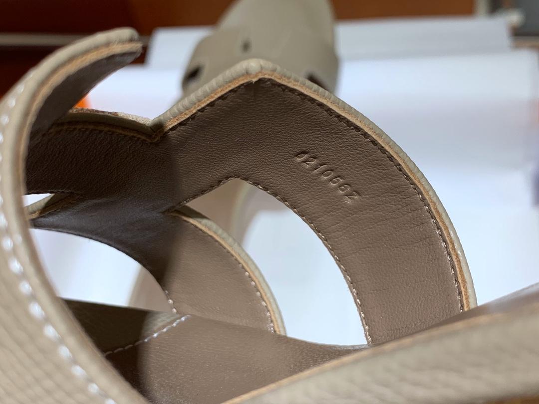 爱马.仕  经典款拖鞋 高端订制  独家品质   材质:掌纹皮 颜色:风衣灰 尺寸:平跟35~41 中跟35~41(跟高4cm) 偏小一码  码数不调换
