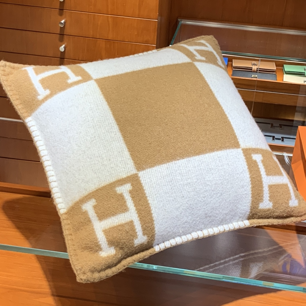 Hermes 爱玛仕 高订版靠枕驼色  1:1复刻50*50cm90%羊毛10%羊绒 靠枕只配防尘袋包装同步专柜哈