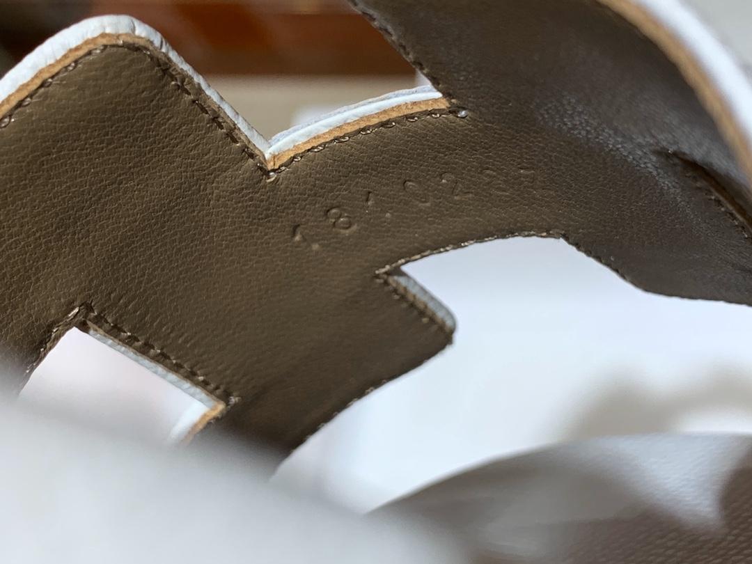 爱马.仕  经典款拖鞋 高端订制  独家品质   材质:掌纹皮 颜色:白色 尺寸:平跟35~41 中跟35~41(跟高4cm) 偏小一码  码数不调换