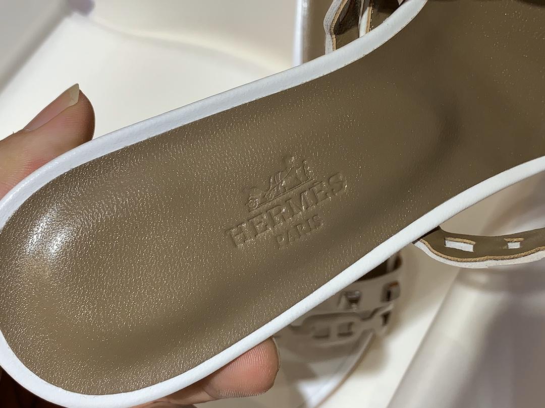 """HMS 新款中跟Ajaccio凉鞋  白色 码数:35~41(偏小一码)码数不调换   Nappa皮革凉鞋,皮革细带与""""Chaine d'Ancre""""链条在鞋面上交错排列,饰有镀钯铆钉"""