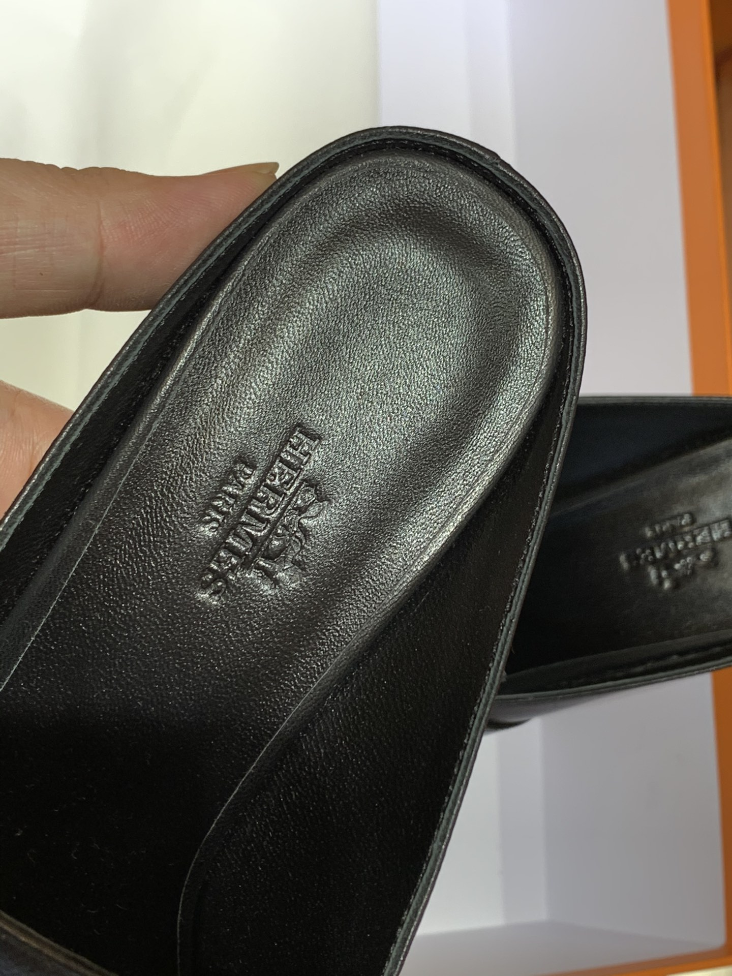 Hermes爱马仕 秋冬新款专柜同步上新  山羊皮  黑色 Blossom 穆勒鞋  搭配经典kelly鞋扣 打造悠闲典雅风范 山羊皮  跟高6cm  35~41码 (正码)码数不调换