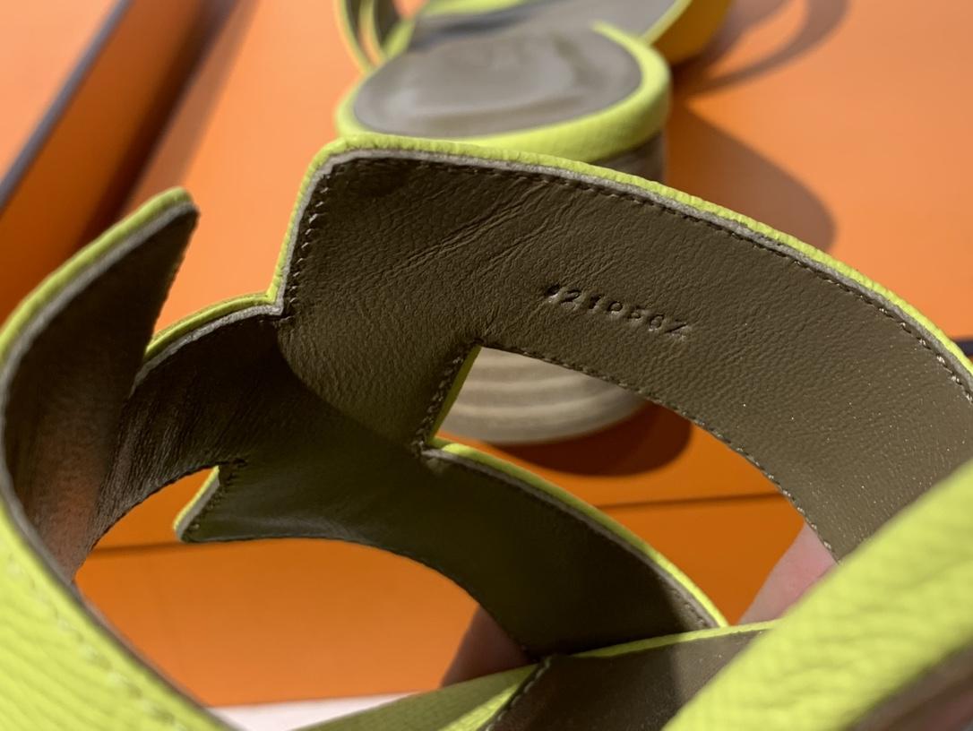 爱马.仕  经典款拖鞋 高端订制  独家品质   材质:掌纹皮 颜色:小鸡黄 尺寸:平跟35~41 中跟35~41(跟高4cm) 偏小一码  码数不调换