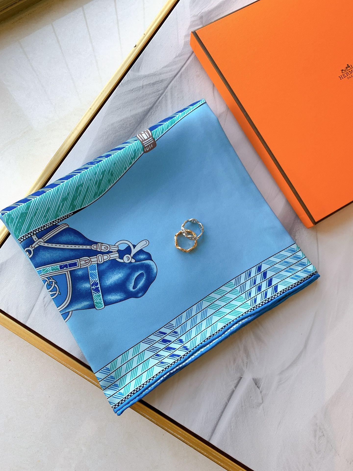 Hermes 新季度《骏马披挂》蚕丝方巾 《天空蓝》 20年新版骏马图案丝巾
