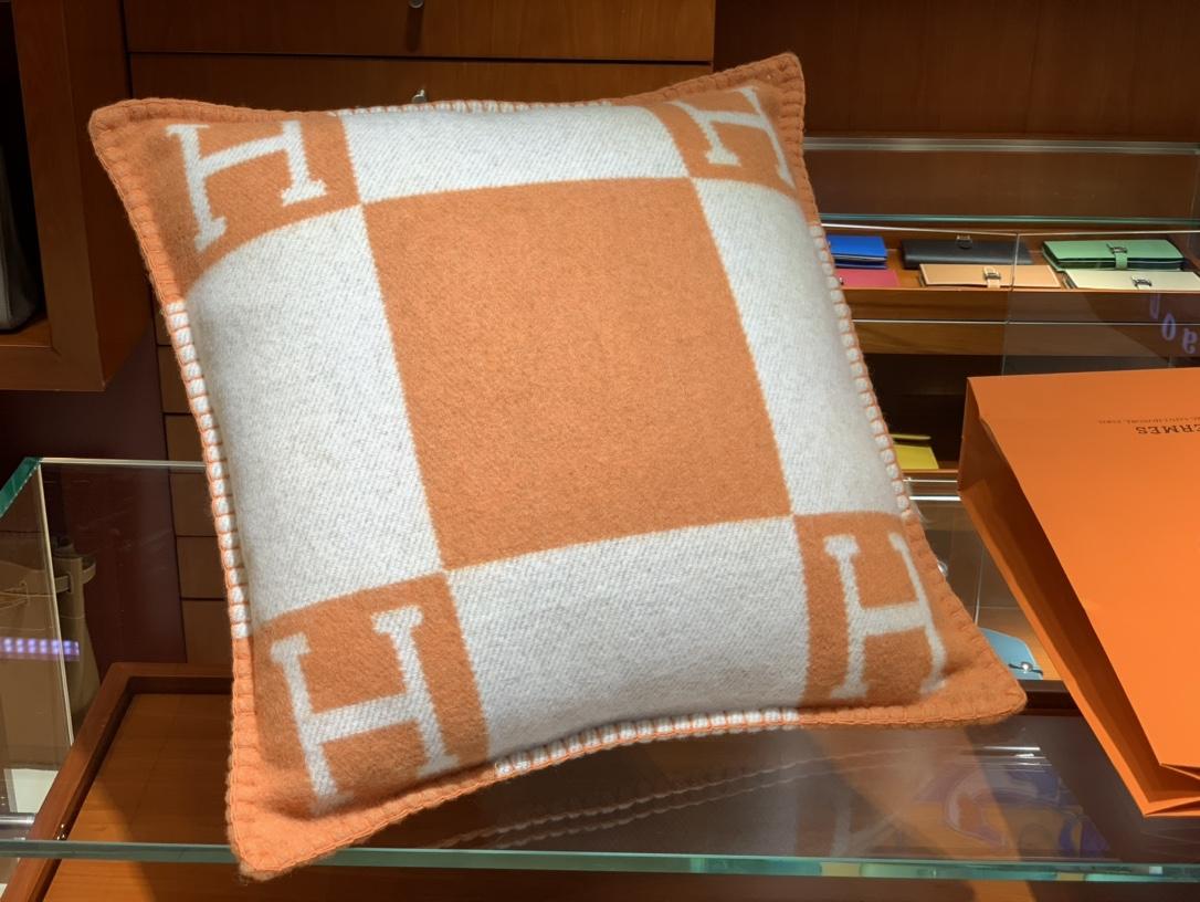 Hermes 爱玛仕 高订版靠枕橙色  1:1复刻50*50cm90%羊毛10%羊绒 靠枕只配防尘袋包装同步专柜哈